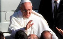Papst Franziskus betet den Kreuzweg