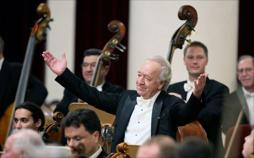 Mariss Jansons dirigiert ein Galakonzert in Sankt Petersburg