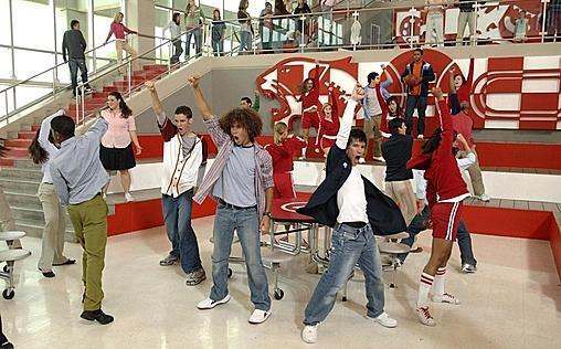 High School Musical   Der High-School-Basketballstar Troy lernt während der Winterferien die schüchterne Gabrielle kennen. Gemeinsam nehmen sie an einem Karaoke-Wettbewerb teil und verlieben sich ineinander. Aber die Ferien sind schnell vorbei, und für beide geht der Schulalltag weiter. Allerdings wartet eine Überraschung auf sie: Am ersten Schultag stehen sie sich in der East High School gegenüber. Natürlich freuen sie sich über das Wiedersehen, doch schon bald merken n sie, dass sie total verschieden sind … Disneys charmantes Erfolgsmusical begeisterte mehr als 7 Millionen Zuschauer allein in Deutschland.