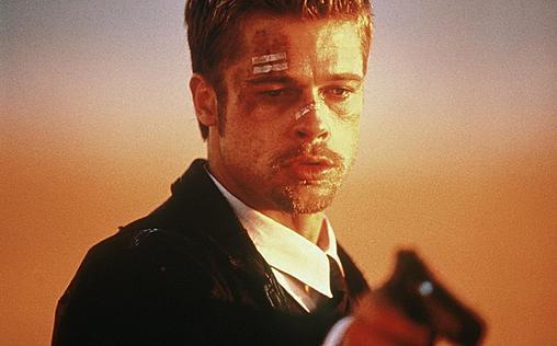 """Sieben   Kurz vor seiner Pensionierung soll Detective William Somerset (Morgan Freeman) seinen jungen Nachfolger David Mills (Brad Pitt) einarbeiten. Gleich ihr erster Tatort ist aber alles andere als gewöhnlich: Ein fettleibiger Mann wurde offenbar gezwungen, sich zu Tode zu essen. Dann taucht eine zweite Leiche auf: Ein Anwalt wurde gefoltert und anscheinend gezwungen, sich die tödlichen Verletzungen selbst zuzufügen. Außerdem prangt das Wort """"Habsucht"""" am Tatort. Und nachdem Somerset am ersten Tatort das Wort """"Maßlosigkeit"""" entdeckt, steht fest, dass sie es mit einem Serienkiller zu haben, der seine Opfer nach den sieben Todsünden aussucht …  Ein sehr spannender Thriller von David Fincher, der als einer seiner besten Filme gilt.  IMDb 8,7/10"""