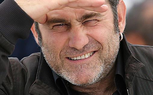 Traue niemandem   Französischer Thriller von Regisseur Eric Valette um einen Mann, der wegen Bankraubes hinter Gittern sitzt und von einem ehemaligen Häftling betrogen wird. Mit einem Gefängnisausbruch will er nicht nur seine Beute sondern auch seine Familie retten...